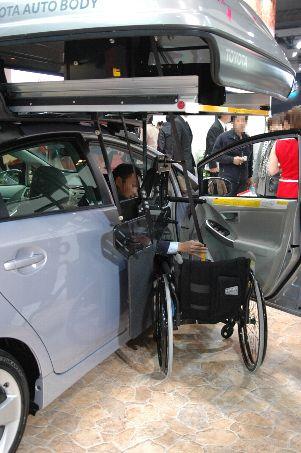 車椅子格納装置